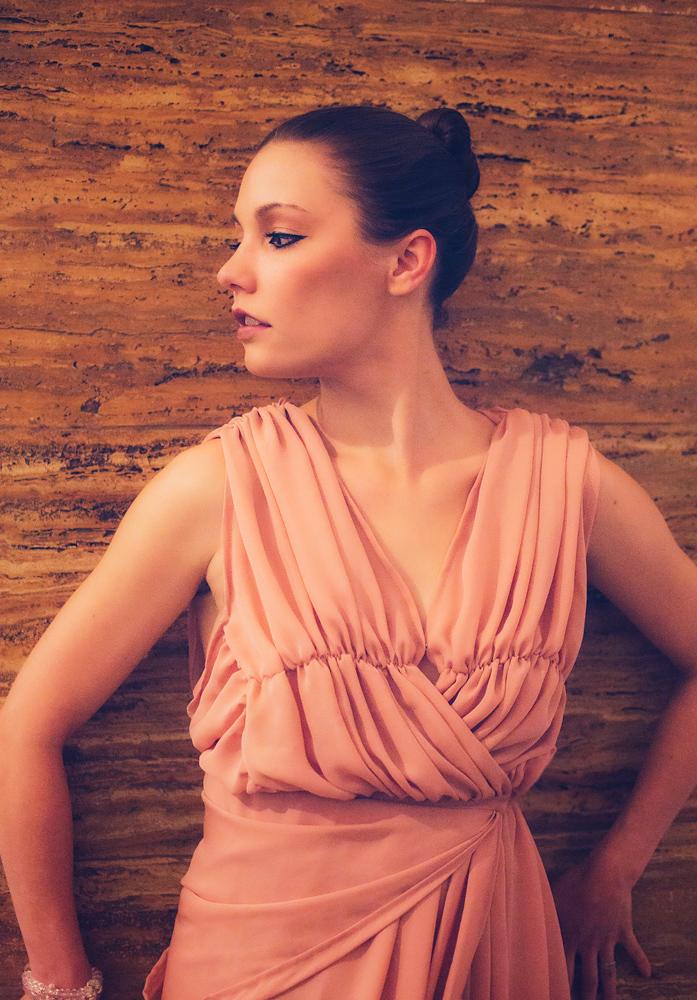 Judith in einem Kleid von Isabel Meyer