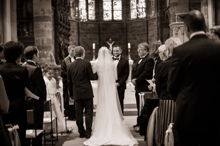 Brautvater übergibt die Braut an den Bräutigam