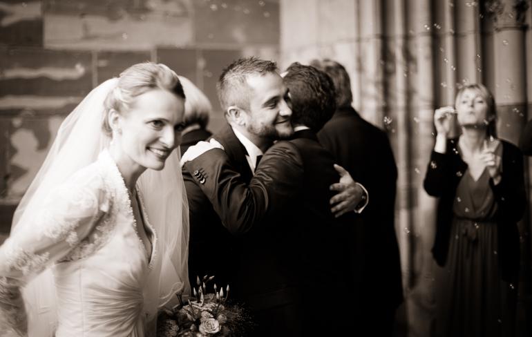 Hochzeitspaar und Gratulanten