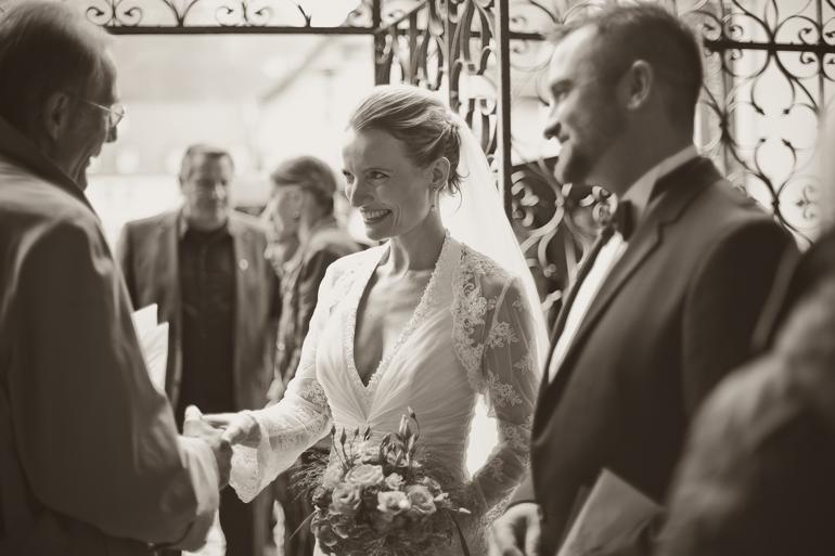 Pure Freude nach der kirchlischen Trauung beim Hochzeitspaar