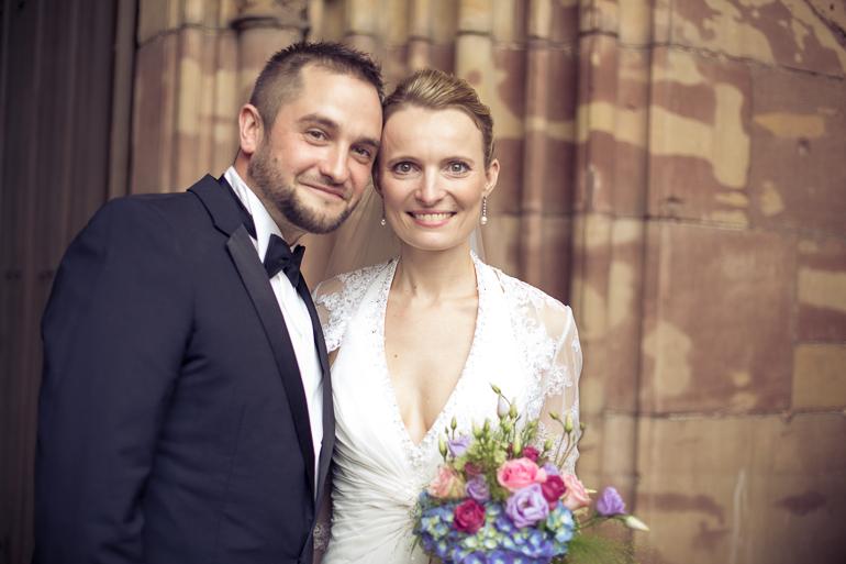 Das strahlende Paar und der Hochzeitsfotograf
