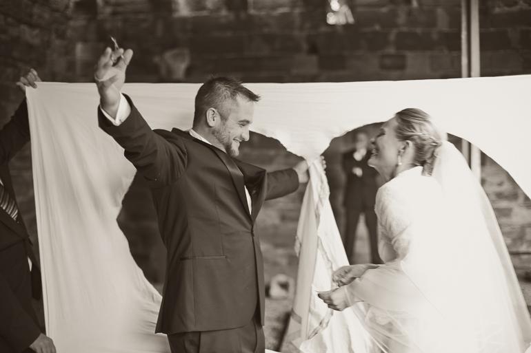Braut und Bräutigam voller Freude