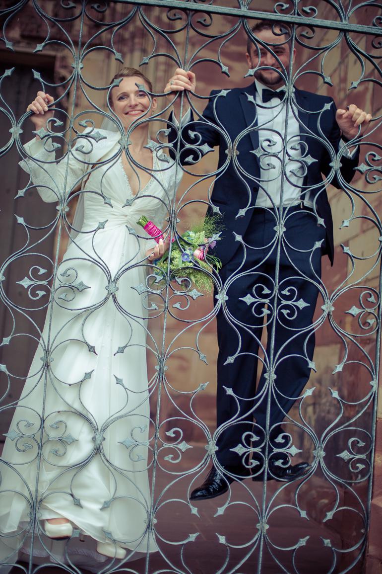 Außergewöhnliches Hochzeitsfotovor der Kirche