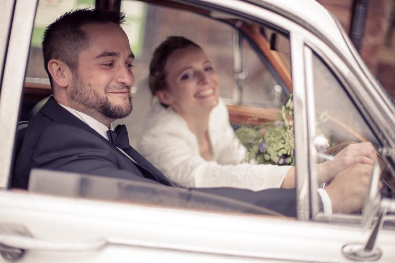 Hochzeitsfotograf Brautpaar im Oldtimer