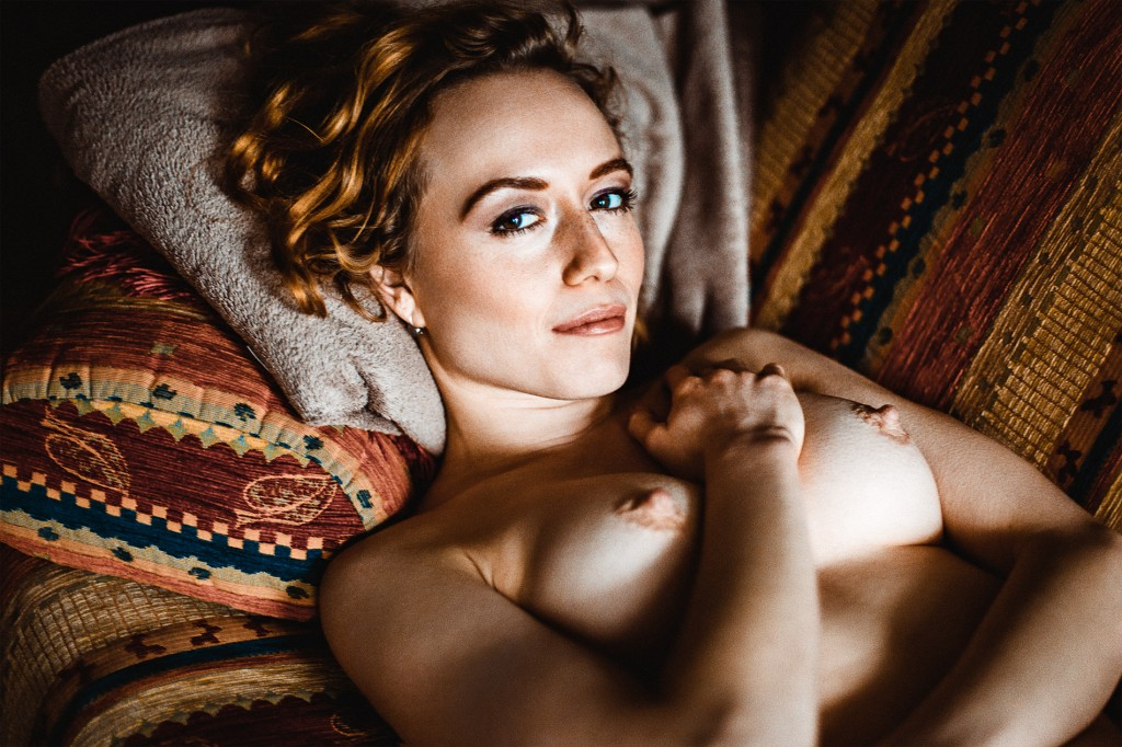Topless Homeshooting Akt Privat sexy Nackt Erotisch Couch