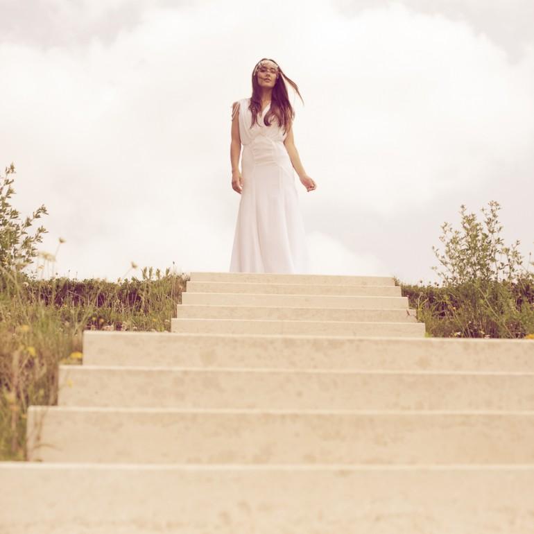 Im weißen Kleid schreitet sie die Treppe herab