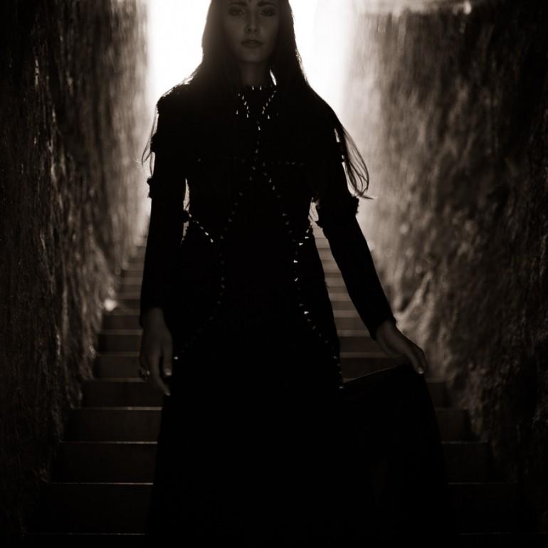 Oriana im dunklen Treppenaufgang