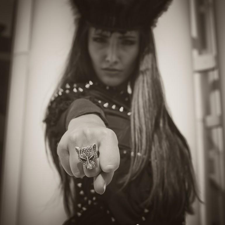 Fashion-Shooting - Ein Ring sie zu knechten