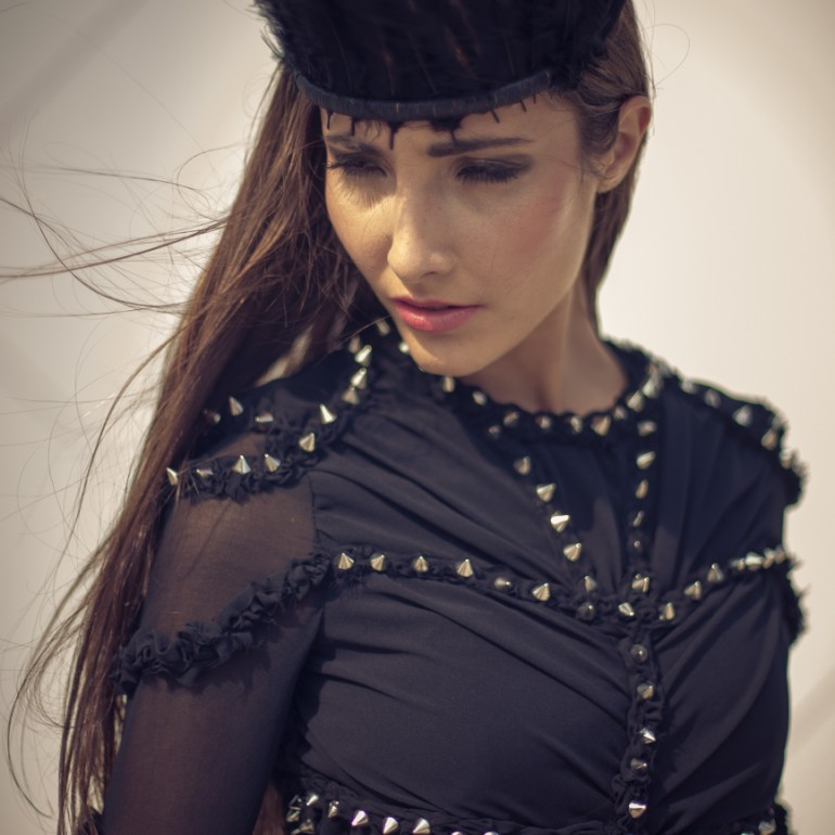 Oriana im schwarzen Femme Fatale Kleid