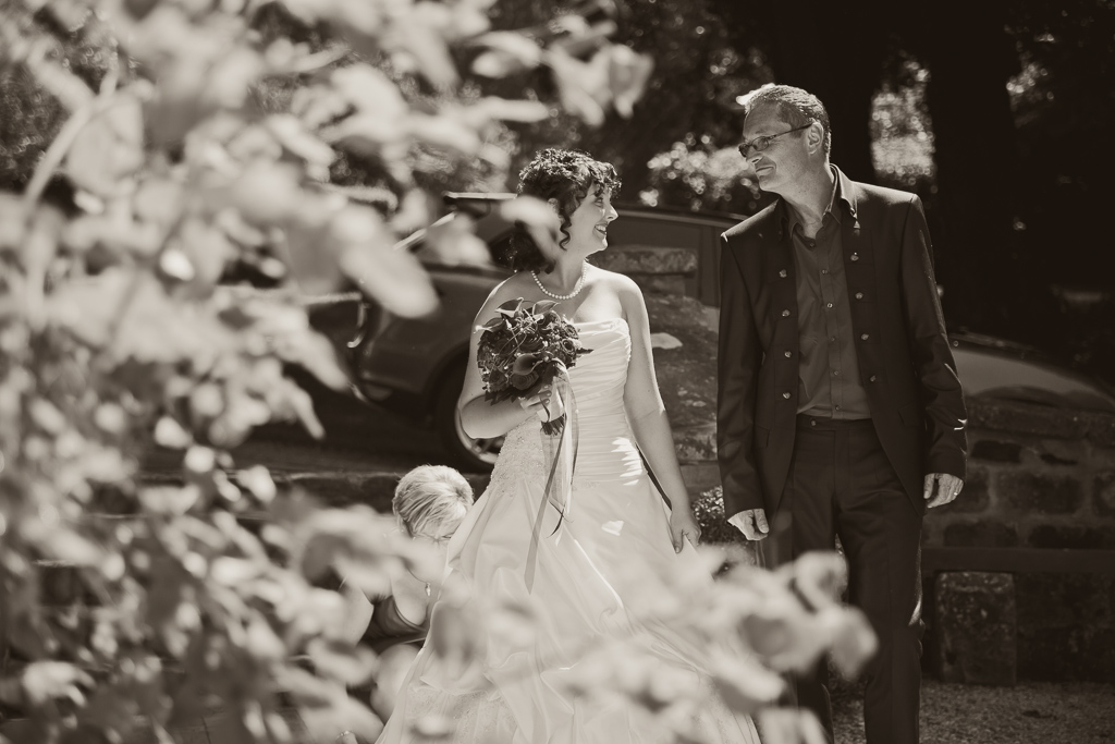 Braut und Brautvater vor der Kirche