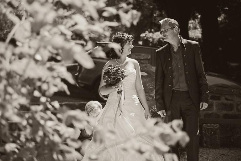 Hochzeitsreportage: Braut und Brautvater auf dem Weg zur Kapelle