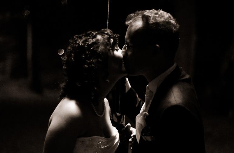 Das Hochzeitspaar der Kuss