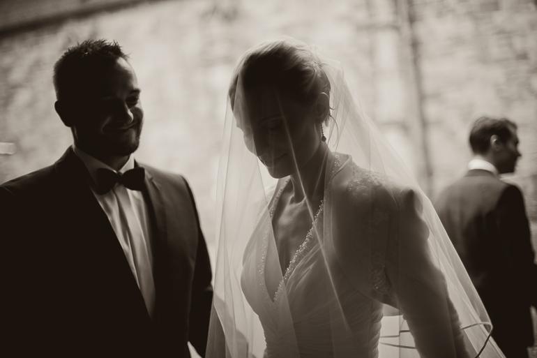 Bräutigam und Braut mit wunderschönem Hochzeitsschleier