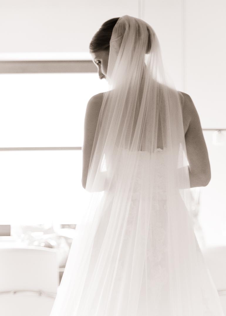 Die wunderschöne Braut in ihrem Brautkleid
