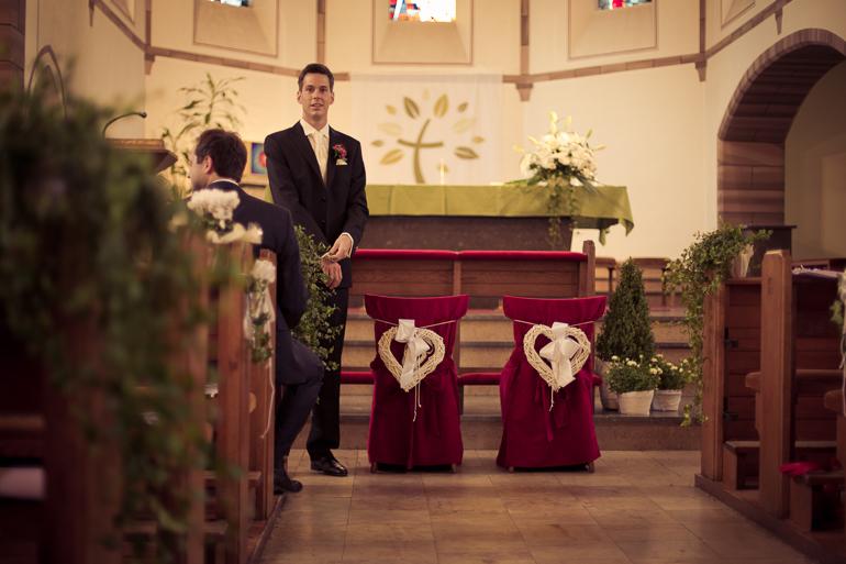 Bräutigam kurz vor der kirchlichen Trauung