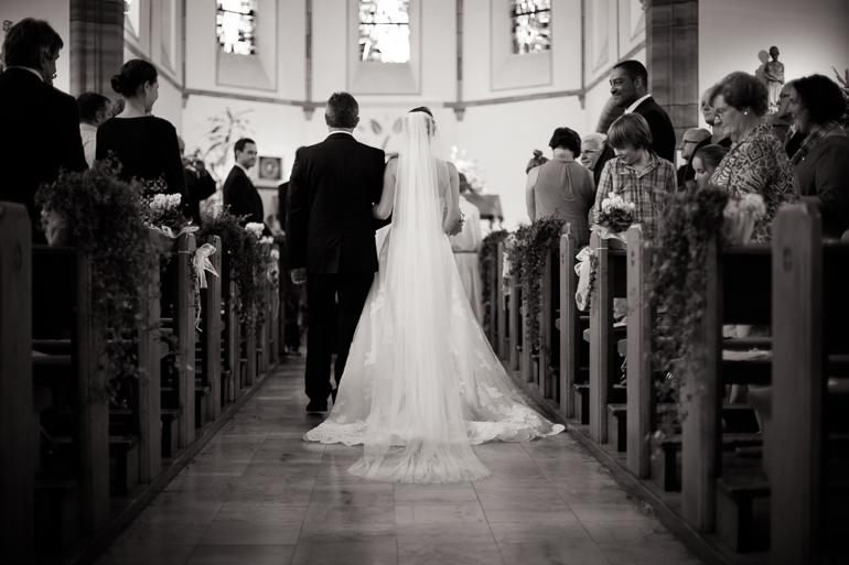 Braut und Brautvater auf dem Weg zum Altar