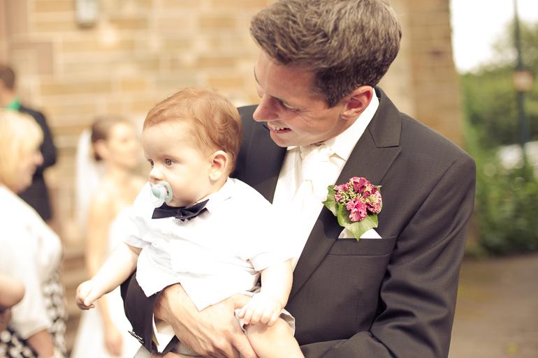Bräutigam und Sohn vor der Kirche