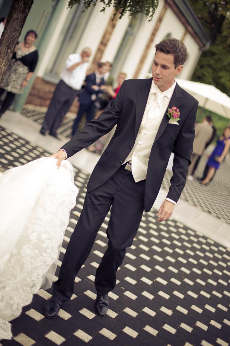 Bräutigam und Schleppe auf der Hochzeitsfeier