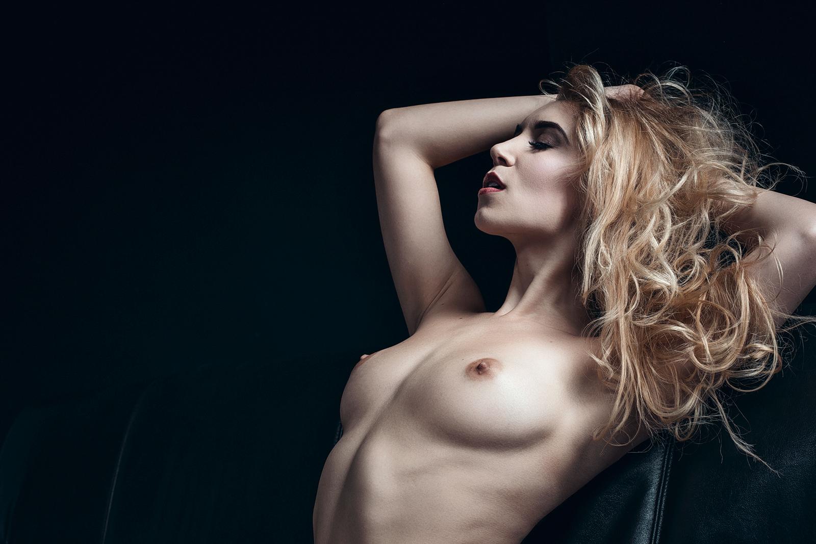 Playboy Model Bionada S Akt Fotoshooting auf Couch im Fotostudio