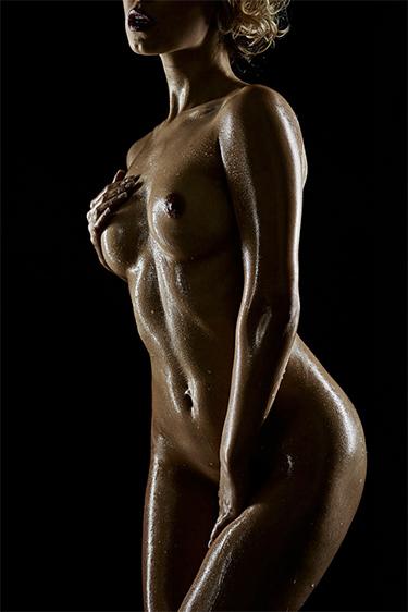 Erotisches sexy Fotoshooting Low Key Akt mit Playboy Model Bionda S